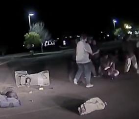 Olhe atentamente e você pode ver claramente um homem de família Gaver lutando pela arma do policial abatido.